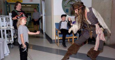 Johnny Depp w przebraniu Jacka Sparrowa odwiedził chore dzieci w szpitalu