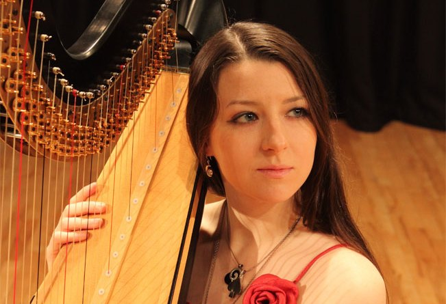 Piękna i zdolna. A utwór Toccata i Fuga J.S Bacha zagrała na harfie brawurowo