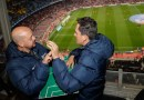 Mężczyzna pomaga niewidomemu i niesłyszącemu przyjacielowi przeżywać mecze piłki nożnej