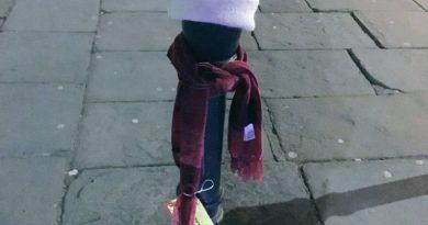 Czapki i szaliki rozwieszone na ulicach, tak mieszkańcy Bristolu pomagają bezdomnym