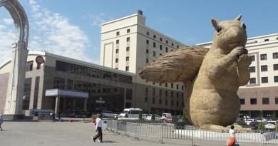 W stolicy Kazachstanu stanął olbrzymi pomnik wiewiórki