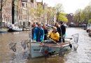 """Turyści w Amsterdamie wyławiają plastik z kanałów. To jedna z nowych """"atrakcji"""" którą proponuje firma Plastic Whale"""