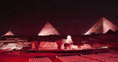 Piramida Cheopsa podświetlona na biało-czerwono!