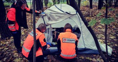 Pracują za darmo i po godzinach. Ambulans z serca leczy bezdomnych w okolicach Warszawy