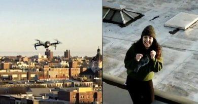 Pewien chłopak widzi dziewczynę, która tańczy na dachu, i wysyła jej drona ze swoim numerem telefonu