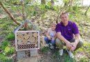 Mocne więzi i szeroki uśmiech. Uczniowie z Dębicy z pomocą ojców zbudowali hotele dla pszczół