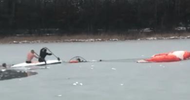 Paramotolotniarz wpadł do lodowatej wody. Uratowały go morsy z BKM