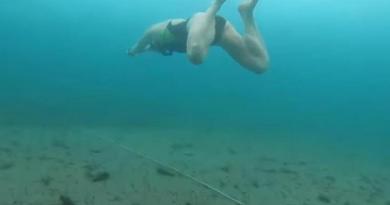 Przepłynęła 85 metrów pod lodem Bajkału. To nowy rekord Guinnessa [VIDEO]