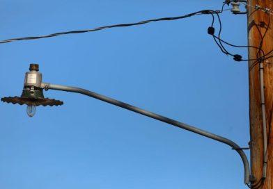 Elektryk uratował sąsiadkę. Nie było prądu, koncentrator tlenu podłączył do ulicznej latarni