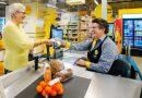 """Supermarkety otwierają """"kasy z czatem"""", aby walczyć z samotnością wśród seniorów"""