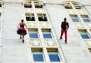 Taniec na ścianie budynku? Walc wykonany w powietrzu skradnie Twoje serce!