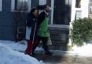 Sprzedawca codziennie pomaga niewidomej klientce wrócić do domu