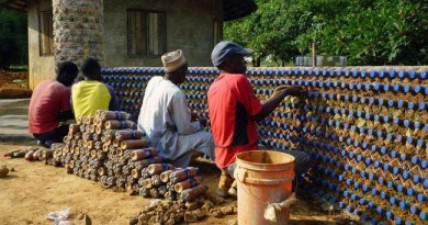 Dom z plastikowych butelek w Nigerii