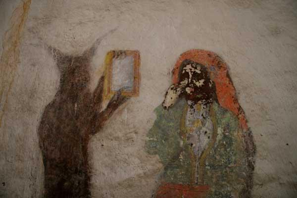 """Вътре в манастира, на втория етаж, където са се качвали момите, има нереставриран стар стенопис, доста повреден, към който е имало надпис, вече заличен """"Мома, която много се гизди и кичи, дяволът й държи огледалото"""". Сцената изобразява точно това."""