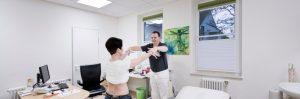 Muskeltest nach der Applied Kinesiology