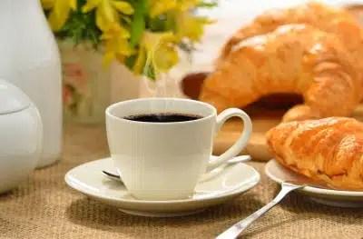 petit déjeuner croissant et café