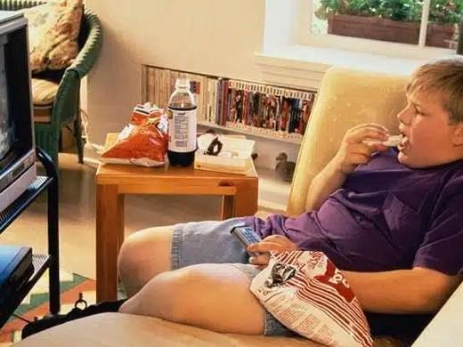 Regarder television en mangeant