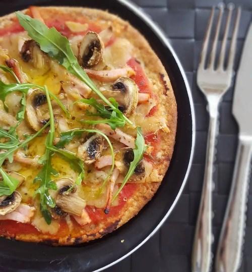 Pizza royale sans lactose (fromage sans lactose façon Cheddar, jambon et champignons)
