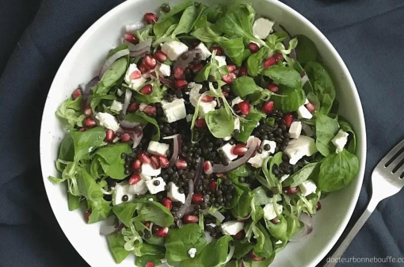 Salade de lentilles beluga, mâche, grenade, oignons rouges et feta (recette facile⭐)