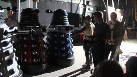 Los Daleks esperan ser llamados al set.
