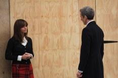 Clara inspecciona al nuevo Doctor.