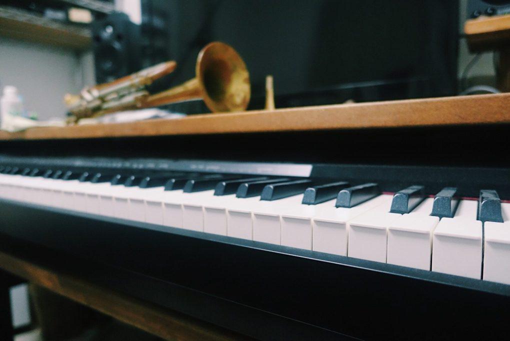 トランペット ピアノ デスク