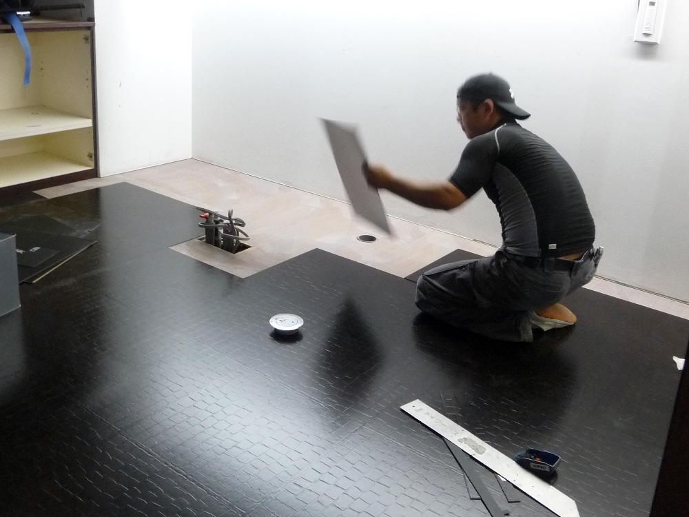 神戸トアウェスト店舗設計床のPタイル