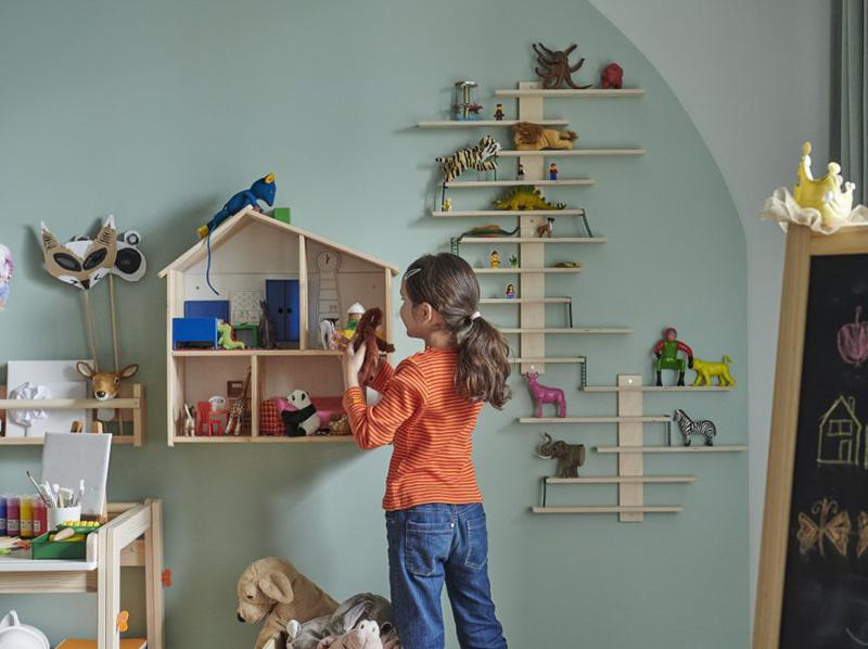 Quarto infantil com prateleiras e nichos com brinquedos
