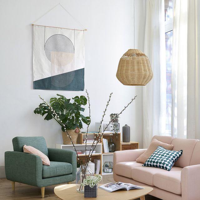Sala de estar com bandeira decorativa