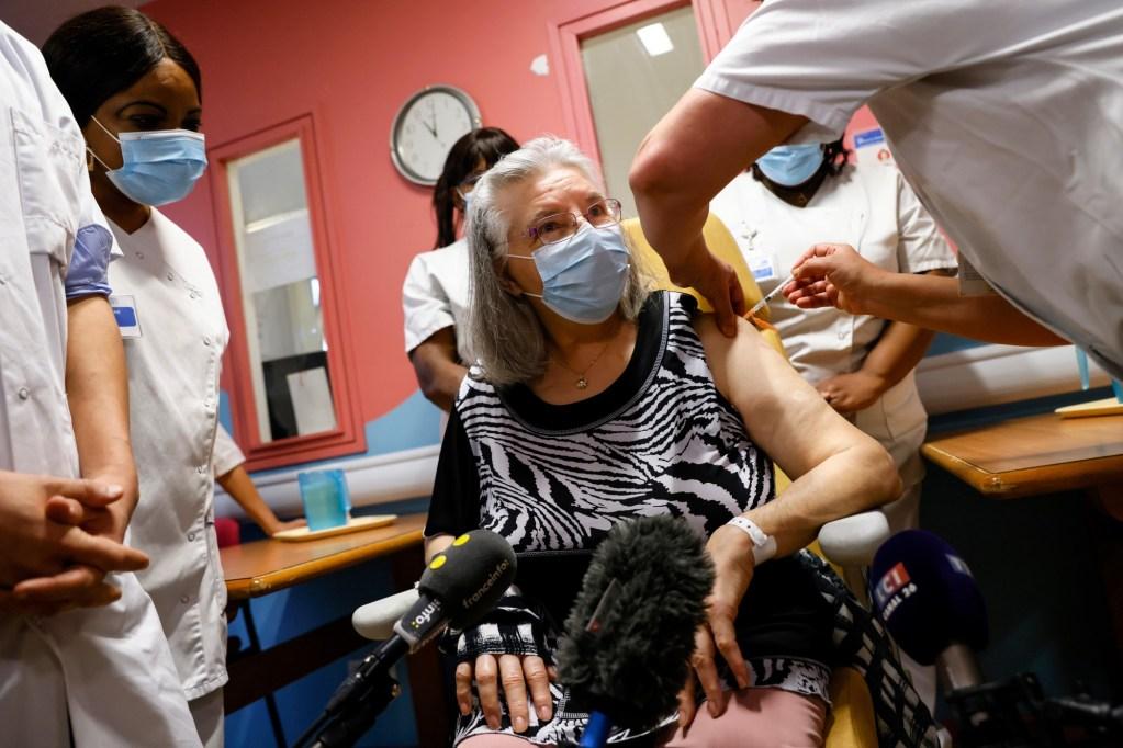 Une femme a reçu la première dose de vaccin contre la covid-19 en France