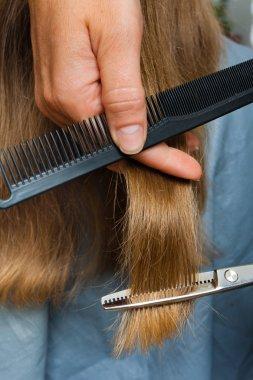 Un tribunal indien condamne à plus de 230 000 euros un salon de coiffure