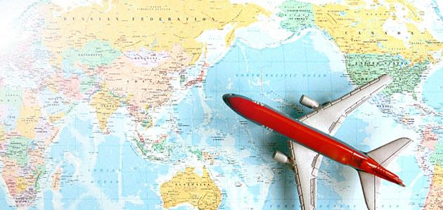 飛行機と世界地図の画像