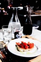 Bruschetta, frasca de vino...
