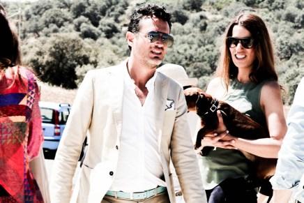 Eros y Laura Fernández son inseparables, llevo traje de PURIFICACIÓN GARCÍA y cinturón HARMONT & BLAINE, pañuelo GANT y gafas GUCCI.