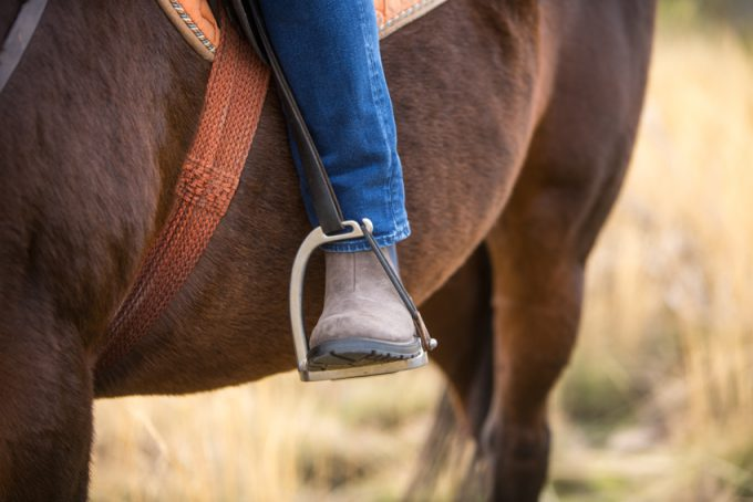 Montando a caballo por la sierra.