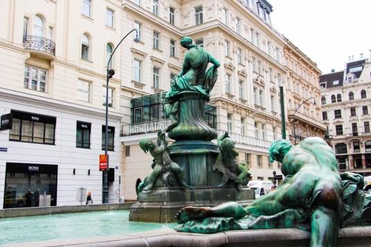 La Donnerbrunnen (1739), en el Neue Markt, esconde una interesante historia.