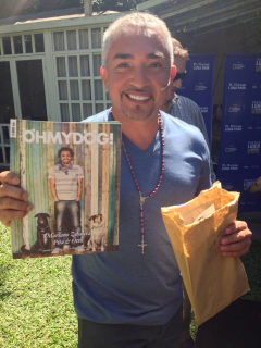 César Millán con un ejemplar de la revista argentina.