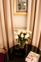 Docena de rosas blancas y revista canina como detalles de bienvenida.
