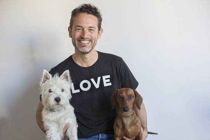 As, un gran amigo de Eros, se ha unido a la foto. El West Highland white terrier es de David Suárez Fernández, el fotógrafo de Dog Friendly traveler.