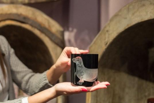 Vaso de cristal de Bohemia con talla de la figura de un teckel.
