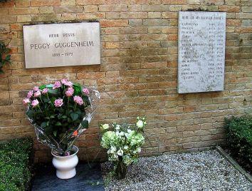 Tumba de Peggy Guggenheim y de sus 14 perros.