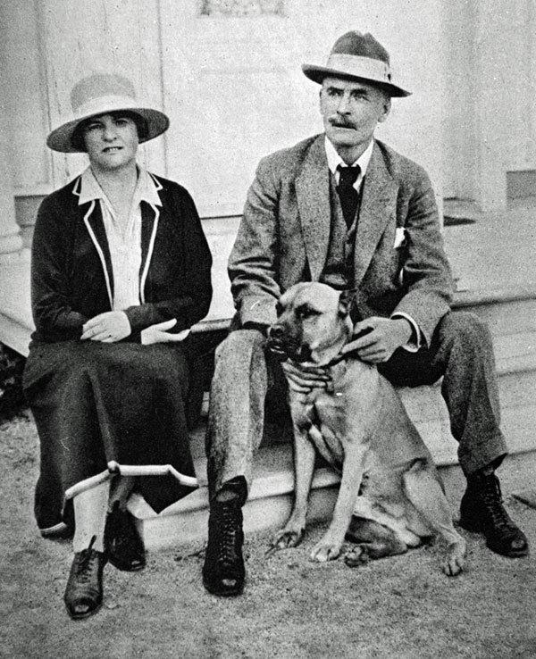 Knut Hamsun con su mujer y su perro.