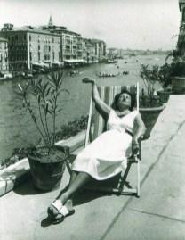 Peggy Guggenheim en la terraza de su palacio en Venecia. Copy: Archivo Bobo Ivancich, marqués de la Torriente.