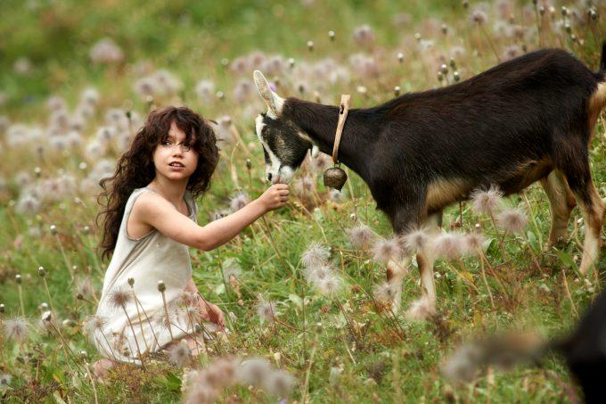 Heidi (Anuk Steffens) en primavera con una de las cabras.