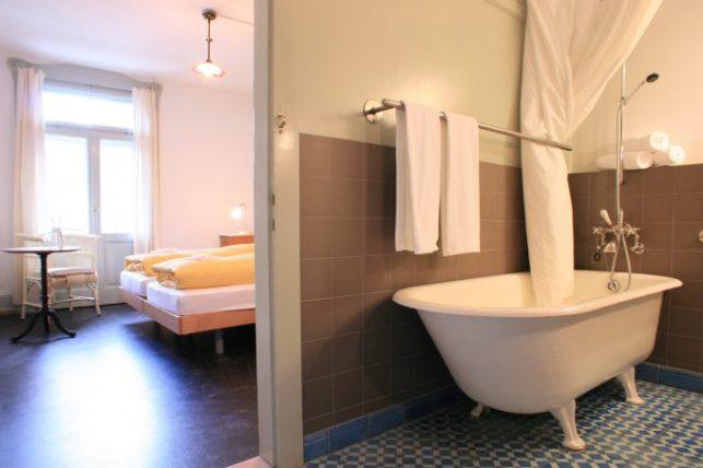 Habitación dog friendly en Bergün de hotel Kurhaus Berg?n , una de las localizaciones de la película. Foto: Zvonimir Pisonic.