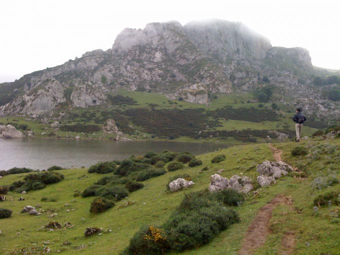 A la derecha, contemplando el Parque Nacional de los Picos de Europa.
