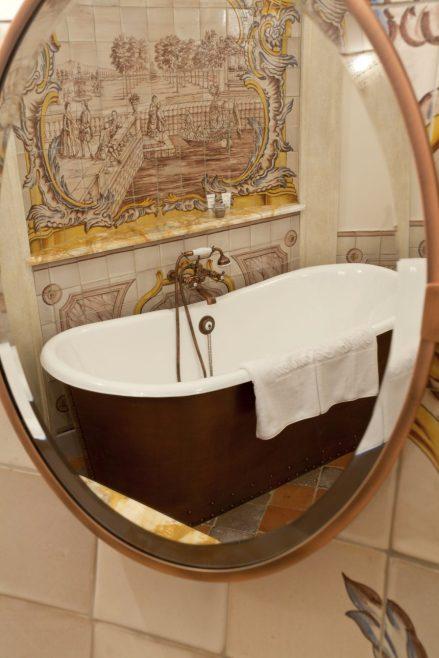 Bañera antigua de otra suite.