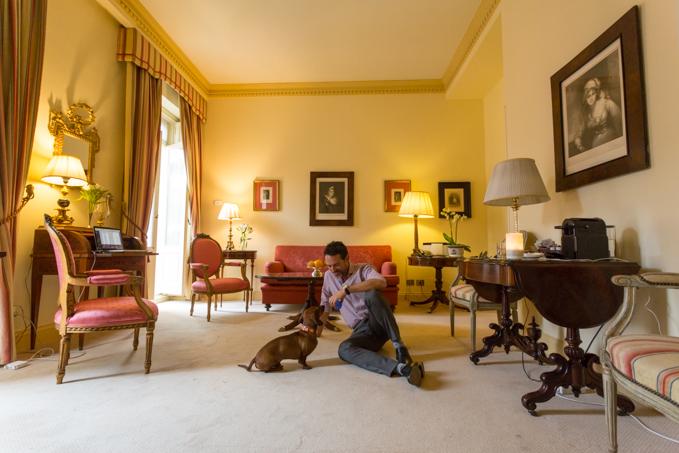 Jugando con Eros en el salón de nuestro Deluxe Suite.