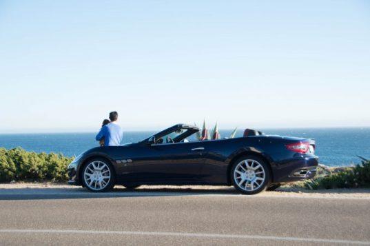 Recorriendo Cascais al volante del Maserati Sport Cabrio.