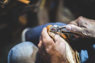 Creando un zapato de forma artesanal.